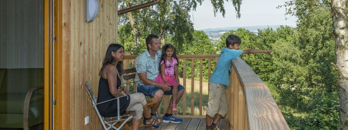Baumhaus Birkenhoehe Terrassse Mit Gaesten2