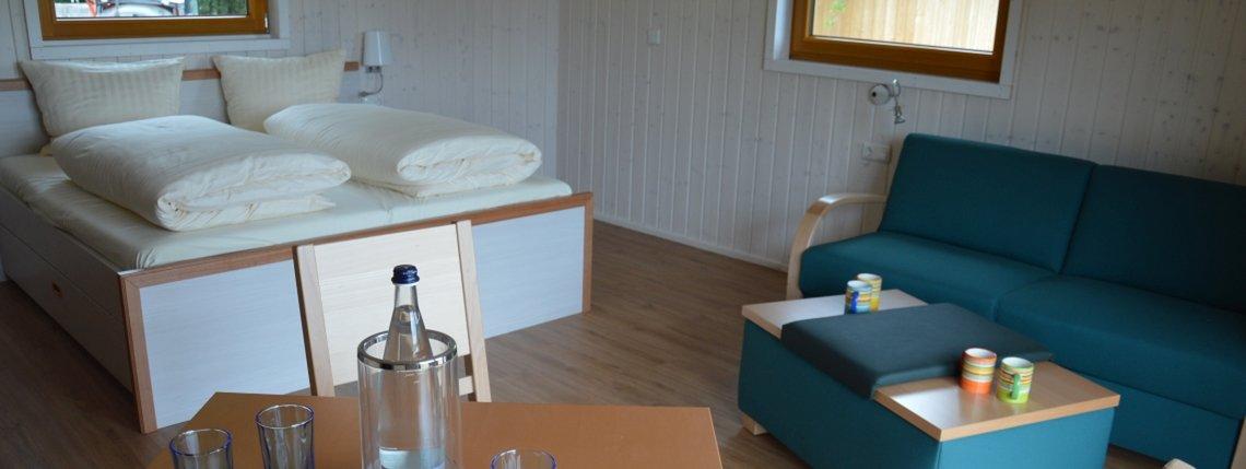 Baumhaus Ahornhoehe Bett Tisch Sofa